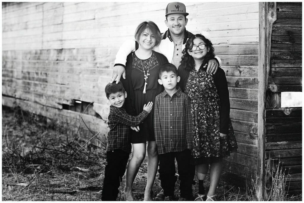 Idahope photography family by a barn